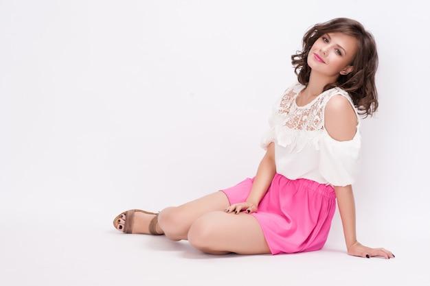 Studio mody portret pięknej młodej kobiety siedzącej, Premium Zdjęcia