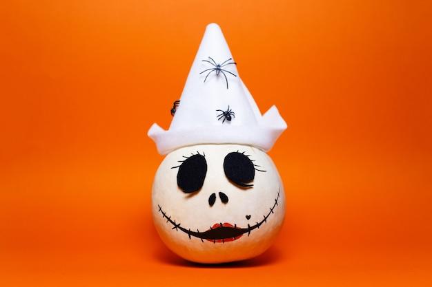 Studio Portret Białej Dyni Halloween Na Tle Bujnej Lawy Koloru. Premium Zdjęcia