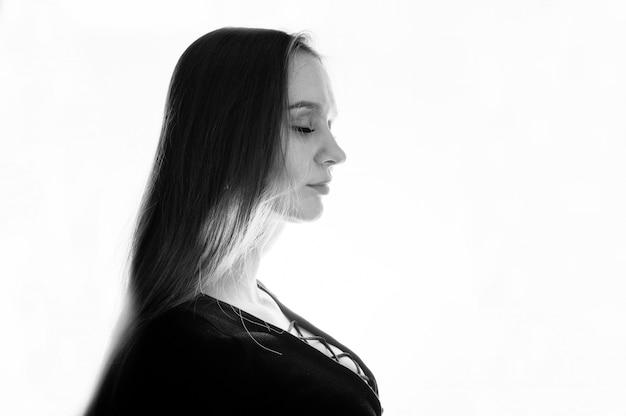Studio Strzelał Bocznego Widoku Brunetki Dziewczyna Przy Białym Tłem. Premium Zdjęcia