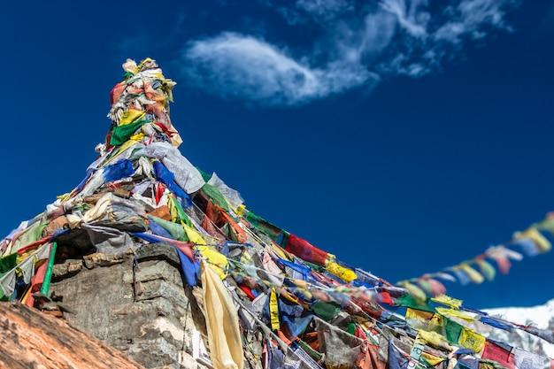 Stupa Z Flagami Modlitewnymi. Obóz Podstawowy Annapurna Premium Zdjęcia