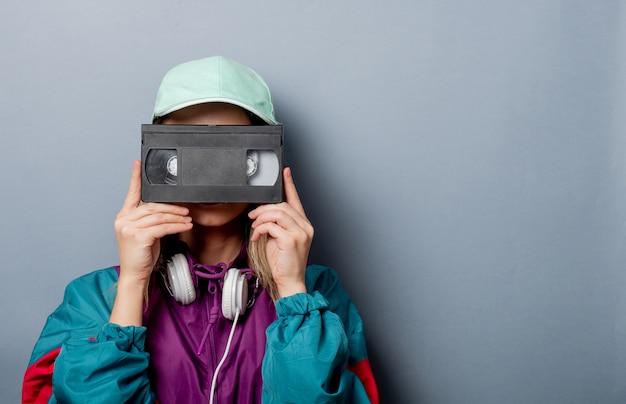 Styl Kobiety W Stylu Lat 90. Z Kasetą Wideo Vhs Premium Zdjęcia