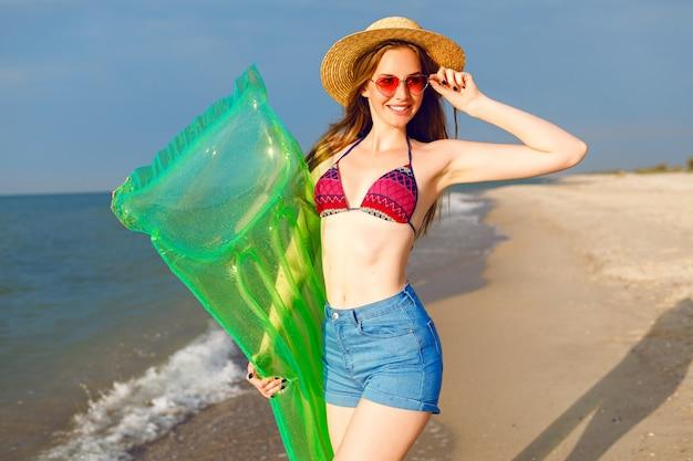 Styl życia Jasny Lato Pozytywny Portret Młodej Kobiety Bardzo Hipster Zabawy Na Plaży Darmowe Zdjęcia