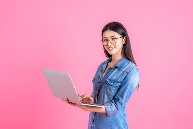 Styl życia Ludzi Biznesu Przy Użyciu Komputera Przenośnego Na Różowo Darmowe Zdjęcia
