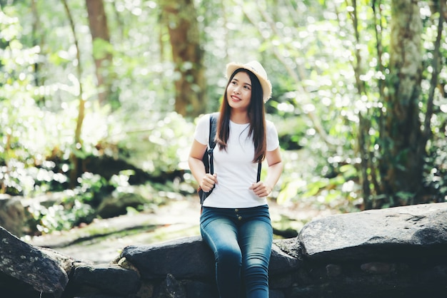 Styl życia Piękna Kobieta Szczęśliwa Torist Podróżować W Dzikiej Wycieczce Wycieczkuje Podczas Wakacje. Darmowe Zdjęcia