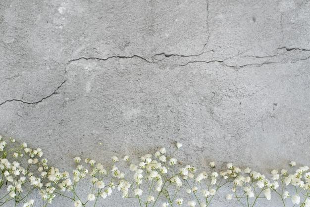 Stylizowana fotografia. kobiecy ślubny pulpit z oddechu dziecka łyszczec kwitnie na białym tle. Premium Zdjęcia