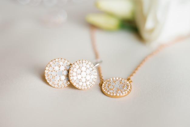 Stylowa Biżuteria: Wisiorek I Kolczyki Z Bliska Premium Zdjęcia