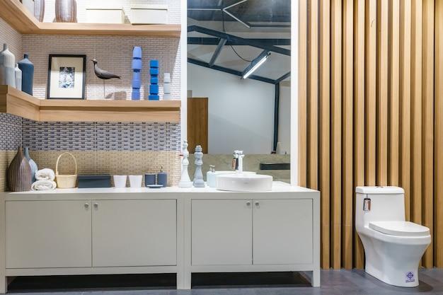 Stylowa Drewniana łazienka Z Okrągłym Lustrem I Umywalką Premium Zdjęcia