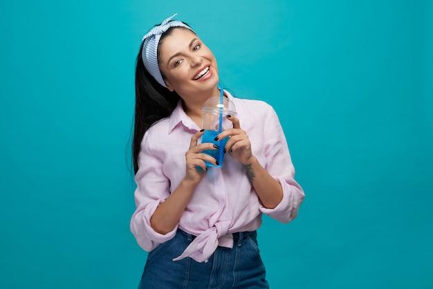 Stylowa Dziewczyna Trzyma Plastikowy Kubek Z Gazowanym Napojem. Premium Zdjęcia