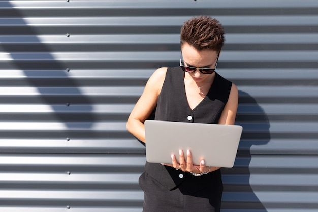 Stylowa Kobieta Biznesu W Pracy, Koncepcja Silnej I Pewnej Siebie Kobiety Premium Zdjęcia