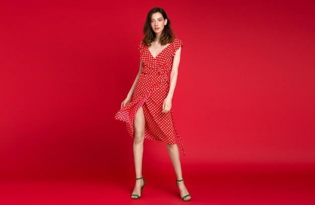 Stylowa Kobieta W Letniej Mody Przerywanej Czerwonej Sukience Pozowanie Na Czerwono Darmowe Zdjęcia