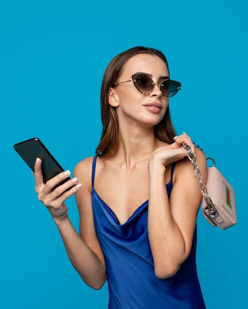 Stylowa Kobieta Z Torby Na Zakupy Premium Zdjęcia
