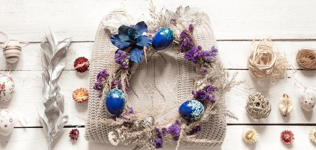 Stylowa Kompozycja Z Wieńcem Wielkanocnym I Modnymi Jajkami W Kolorze Niebieskim. Darmowe Zdjęcia