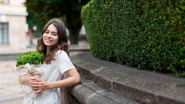 Stylowa Młoda Kobieta Trzyma Torbę Na Zakupy Darmowe Zdjęcia