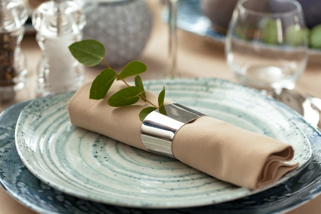 Stylowa Porcja Na Zielonym Talerzu Ceramicznym Z Bawełnianą Serwetką Premium Zdjęcia