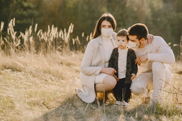 Stylowa Rodzina W Maskach Chodzących Na Polu Wiosny Darmowe Zdjęcia