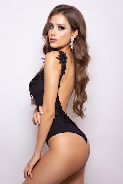 Stylowa Seksowna Dziewczyna W Czarnym Stroju Kąpielowym Na Białym Tle Na Tle Wight Premium Zdjęcia