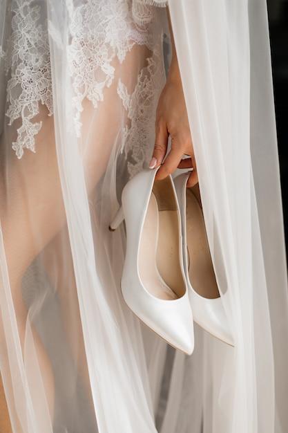 Stylowe Białe Buty ślubne W Ręku Panny Młodej Darmowe Zdjęcia