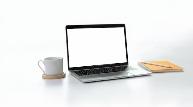 Stylowe minimalne miejsce pracy z otwartym laptopem z pustym ekranem w kolorze białym Premium Zdjęcia