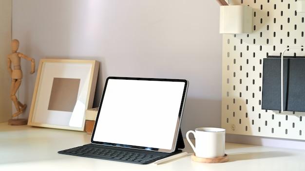 Stylowe minimalne miejsce pracy z tabletem makieta i miejsca na kopię Premium Zdjęcia