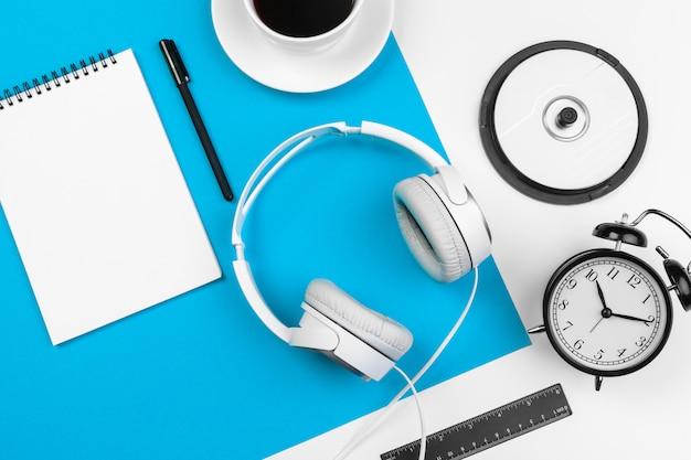 Stylowe słuchawki na niebiesko-białe Premium Zdjęcia