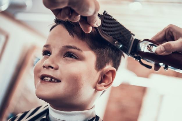 Stylowy chłopak idzie do ukochanego fryzjera Premium Zdjęcia