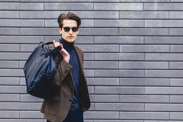 Stylowy facet w kurtce i okularach przeciwsłonecznych Premium Zdjęcia
