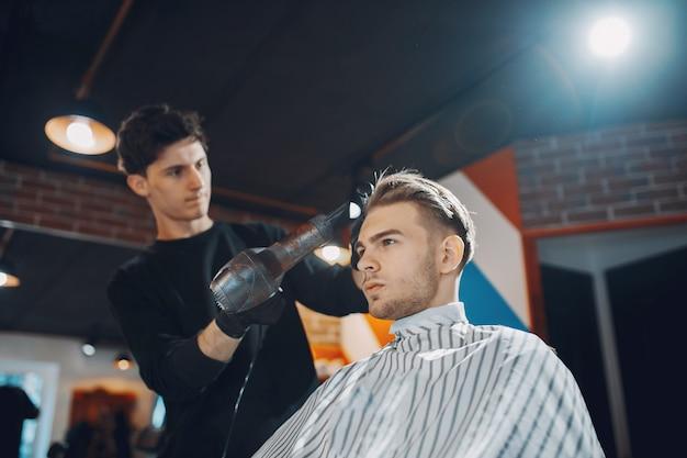 Stylowy Mężczyzna Siedzi W Zakładzie Fryzjerskim Darmowe Zdjęcia