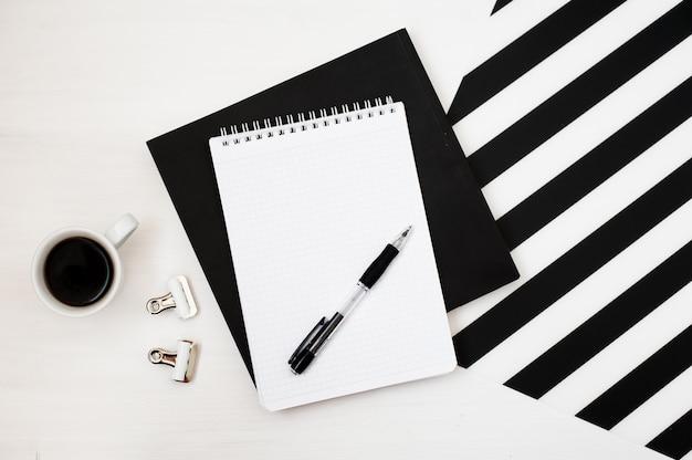 Stylowy minimalistyczny obszar roboczy z notesem makiety, ołówek i filiżankę kawy Premium Zdjęcia