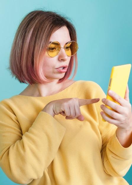 Stylowy Model Wskazujący Na Telefon Darmowe Zdjęcia