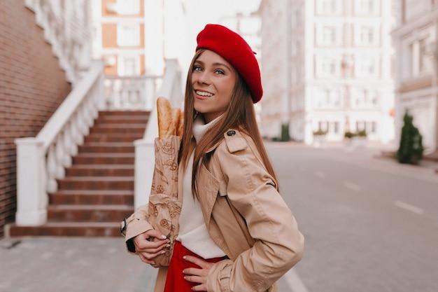 Stylowy Nowoczesny Kaukaski Kobieta W Stroju Francuskim Pozowanie Darmowe Zdjęcia