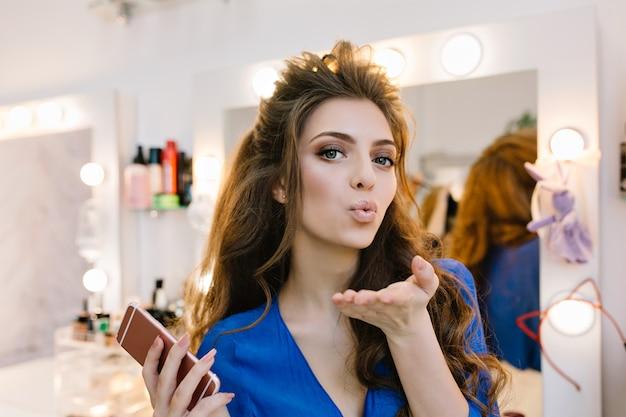 Stylowy Portret Atrakcyjny Radosny Model Z Piękną Fryzurą Wysyłającą Buziaka Do Aparatu W Salonie Fryzjerskim Darmowe Zdjęcia