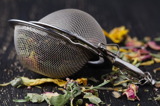 Sucha Herbata Ziołowa Leży Na Drewnianym Stole Premium Zdjęcia
