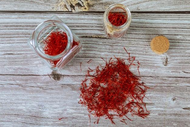 Suche Organiczne Przyprawy Szafran Czerwony W Słoiku Na Podłoże Drewniane Premium Zdjęcia