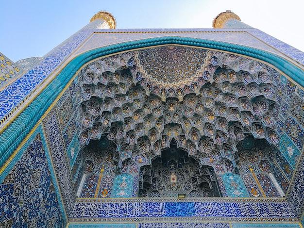 Sufit kopuły muqarnas w wejściu iwan do meczetu szach, zdobione sklepienia w architekturze islamskiej. Premium Zdjęcia