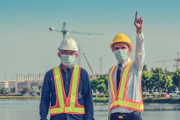 Sukces Pracy Zespołowej Ludzi Biznesu Na Tle Budowy Nieruchomości Premium Zdjęcia