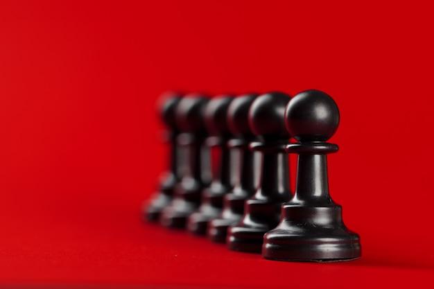Sukces W Biznesie Szachowym, Koncepcja Przywództwa. Czerwone Tło. Premium Zdjęcia