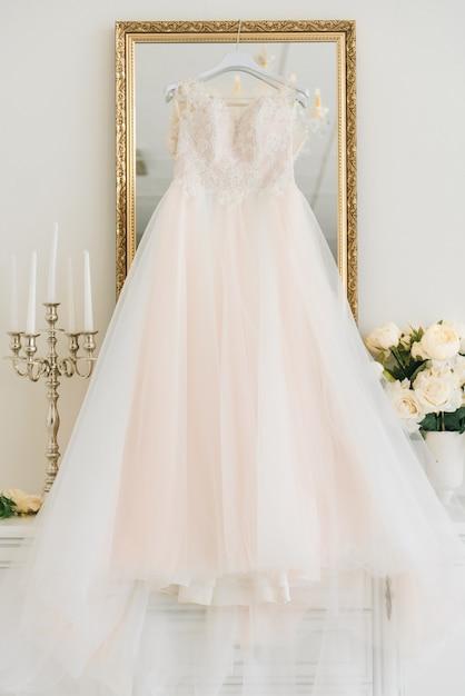 Suknia ślubna Wisi Na Połysk W Pokoju Hotelowym Premium Zdjęcia