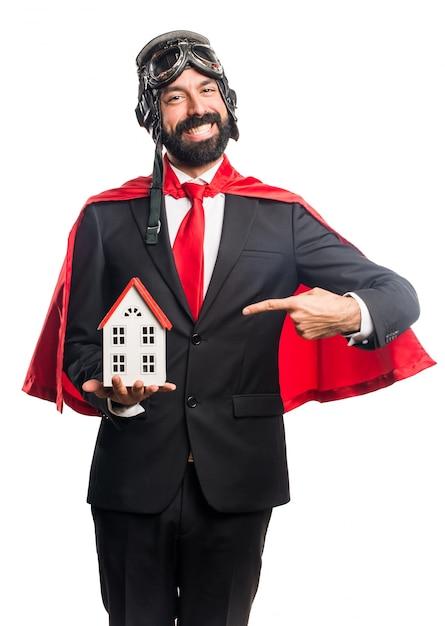 Super bohater biznesmen gospodarstwa domku Darmowe Zdjęcia