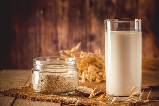 Super Jedzenie. Szklanka Mleka Owsianego Dla Zdrowej Diety. Popularne Jedzenie. Premium Zdjęcia