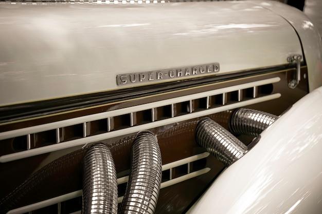 Super naładowany. silnik retro z napisem super naładowany. Premium Zdjęcia