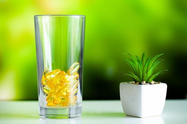 Suplementy witaminowe, olej rybny w żółtych kapsułkach omega 3. Premium Zdjęcia