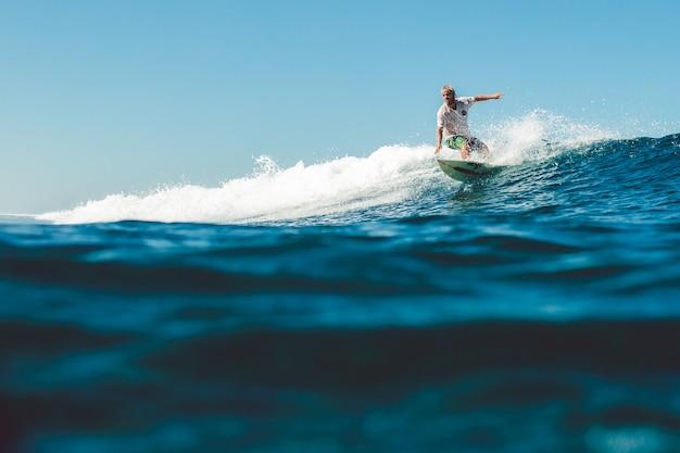 Surfer W Oceanie Darmowe Zdjęcia