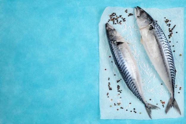 Surowa Makrelle Ryba Z Składnikami Dla Gotować Na Błękicie. Premium Zdjęcia