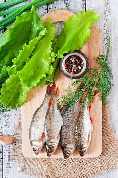 Surowa Ryba Na Drewnianej Tnącej Desce, Odgórny Widok Darmowe Zdjęcia
