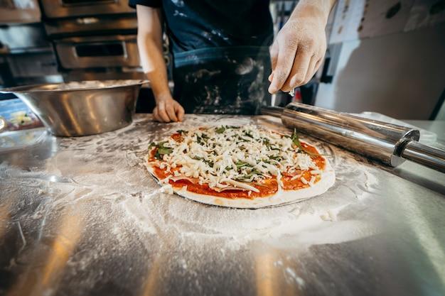 Surowe Ciasto Do Przygotowania Pizzy Ze Składnikiem: Sos Pomidorowy, Mozzarella, Ser, Prosciutto Premium Zdjęcia