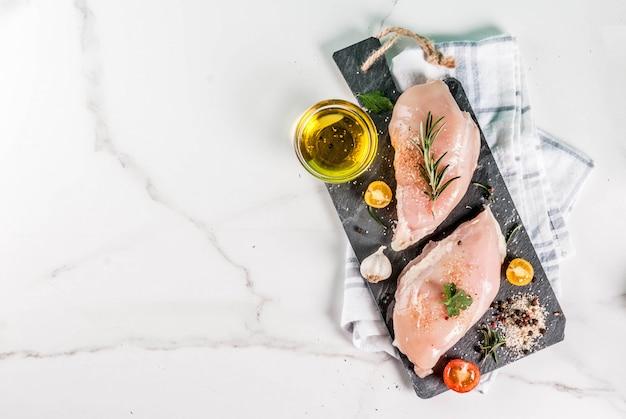 Surowe Mięso Filet Z Piersi Kurczaka Z Przyprawami I Oliwą Z Oliwek Premium Zdjęcia
