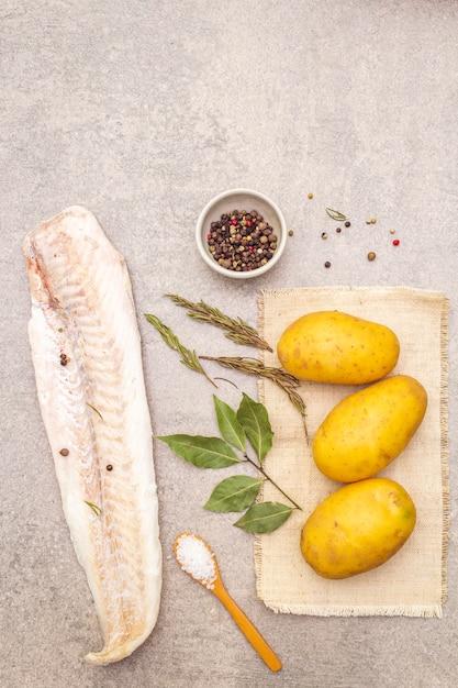 Surowe Młode Ziemniaki I Mrożone Filety Z Morszczuka Z Ziołami I Przyprawami Premium Zdjęcia