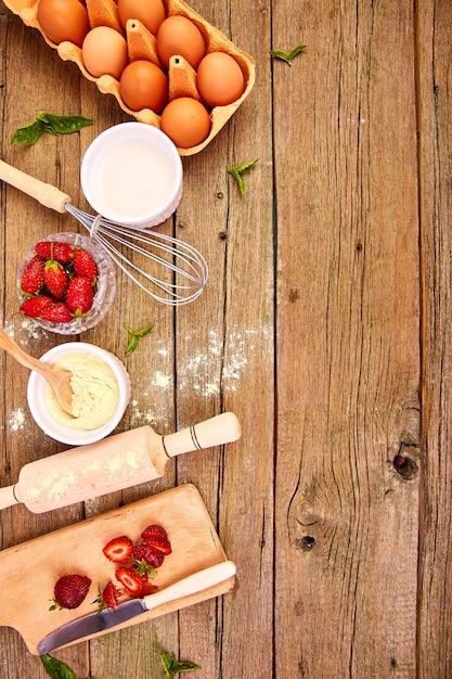 Surowe Składniki Do Gotowania Ciasta Truskawkowego Premium Zdjęcia