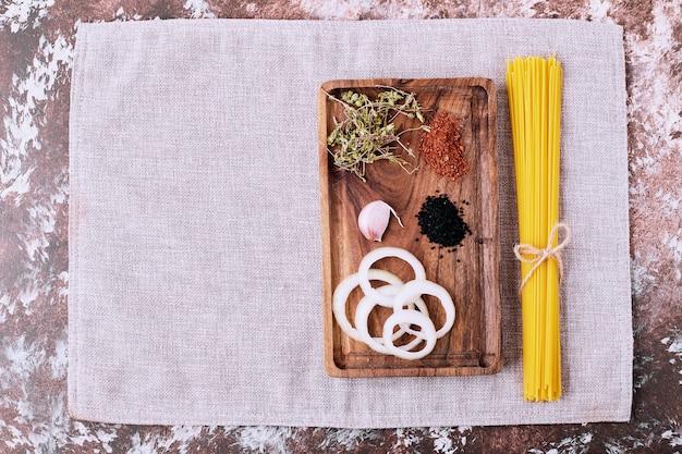 Surowe Spaghetti Ze świeżymi Ziołami Na Drewnianym Stole. Darmowe Zdjęcia