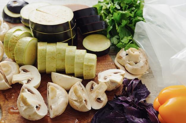 Surowe Warzywa I Grzyby W Pobliżu Opakowania Próżniowego. Kuchnia Sous-vide, Nowa Technologia. Premium Zdjęcia